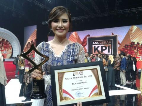 Zilvia Iskandar Pemenang Kategori Presenter Berita di Anugerah KPI 2017