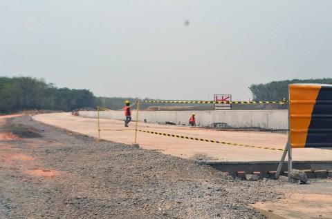 Suasana pembangunan Jalan Tol Trans Sumatera (JTTS) ruas Bakauheni-Terbanggi Besar di kawasan Desa Sabah Balau Lampung Selatan, Lampung. MI/Ahmad Novriwan