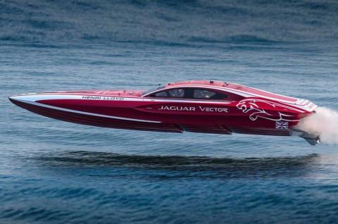 Jaguar Coba Pecahkan Rekor Dunia di Atas Air