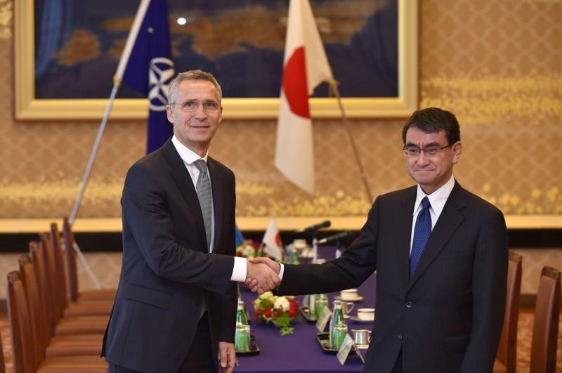 Sekjen NATO Jens Stoltenberg (kiri) berjabat tangan dengan Menteri Luar Negeri Jepang Taro Kono di Tokyo, Senin 30 Oktober 2017. (Foto: AFP/KAZUHIRO NOGI)