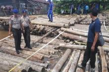 Polisi Buru Pemilik 1.000 Kayu Mengapung di Sungai Landak