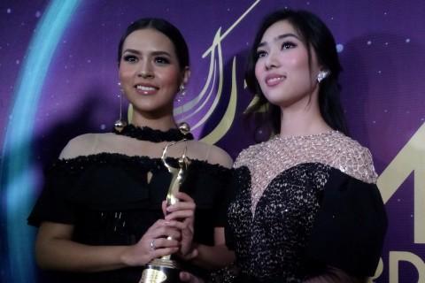 Raisa dan Isyana Kaget Raih Dua Piala di AMI Awards 2017
