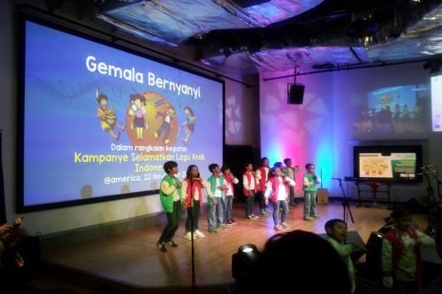 Siswa SD Gemala Ananda bernyanyi dalam kegiatan kampanye