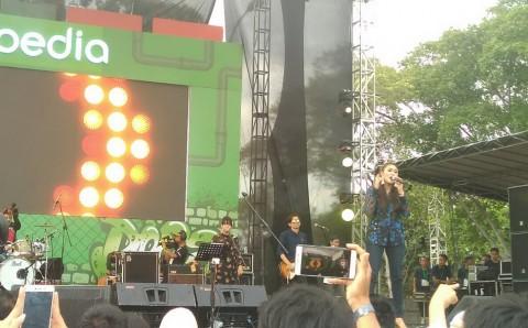 Shaden Bawakan Banyak Lagu Sendu di The 90's Festival