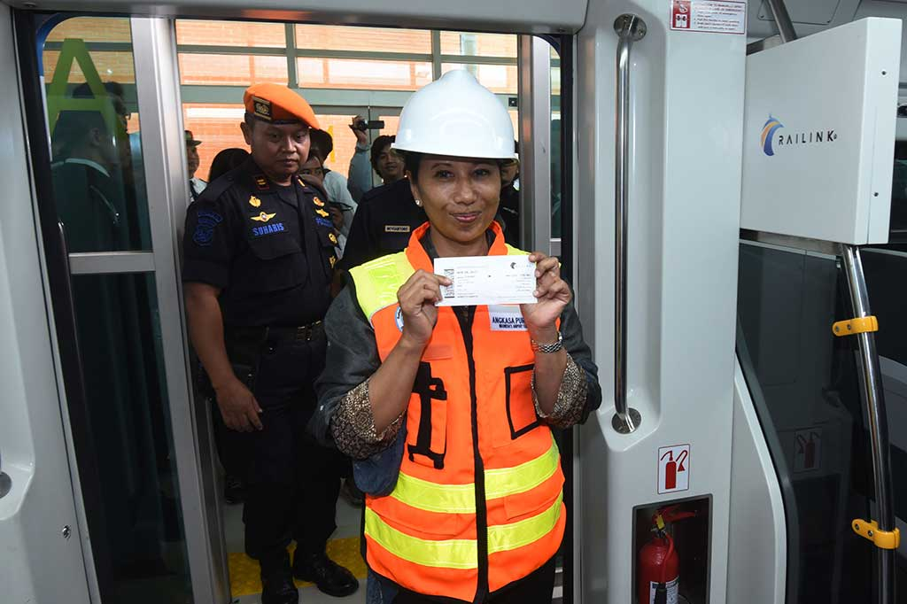 Menteri Rini Jajal Kereta Bandara Soekarno-Hatta