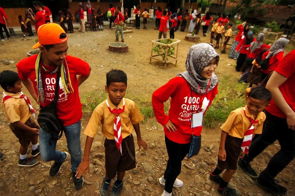 Sejumlah mahasiswa belajar dan bermain bersama siswa di Tegal, Jawa Tengah, Sabtu, 25 November 2017, untuk memperingati Hari Guru Nasional, Ant - Oky Lukmansyah