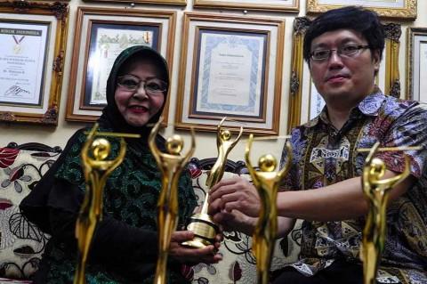 Waldjinah Terima AMI Awards di Solo