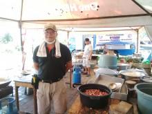 Koki di Pengungsian GOR Swecapura Ikhlas Bekerja Tanpa Libur