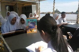 Kini Ada Perpustakaan Terapung di Sungai Kapuas