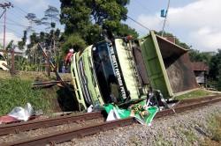 Truk Terguling Menutup Jalur Kereta di Tasikmalaya