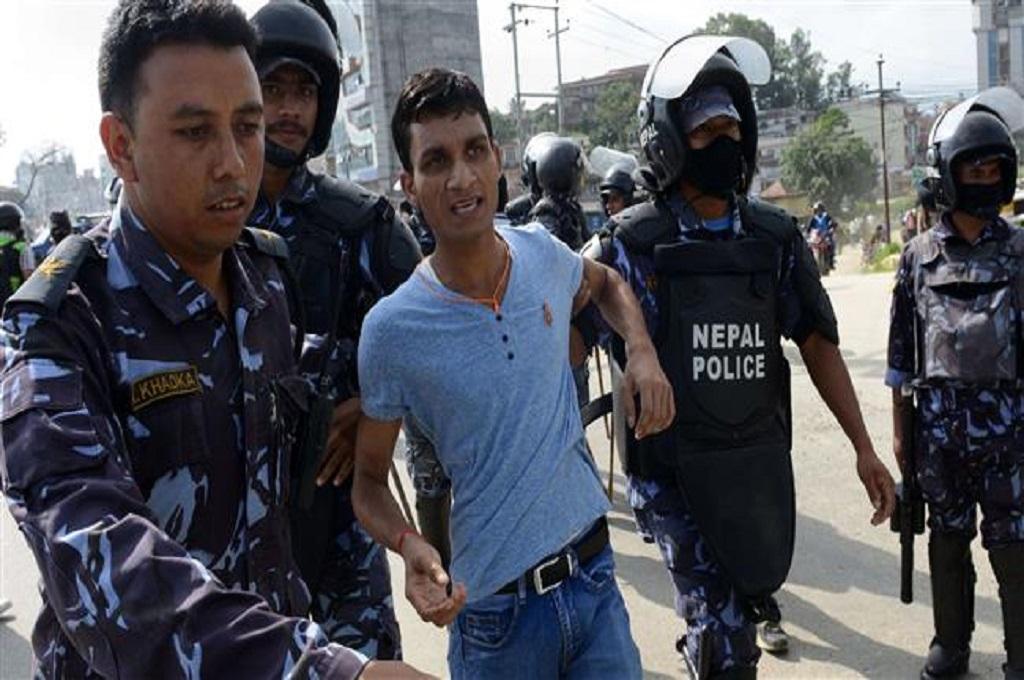 Polisi Nepal menangkap seorang pengunjuk rasa di Katmandu, 16 Agustus 2015. (Foto: AFP)