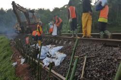 Polisi Bersiaga di Jalur Kereta Rawan Ambles di Garut