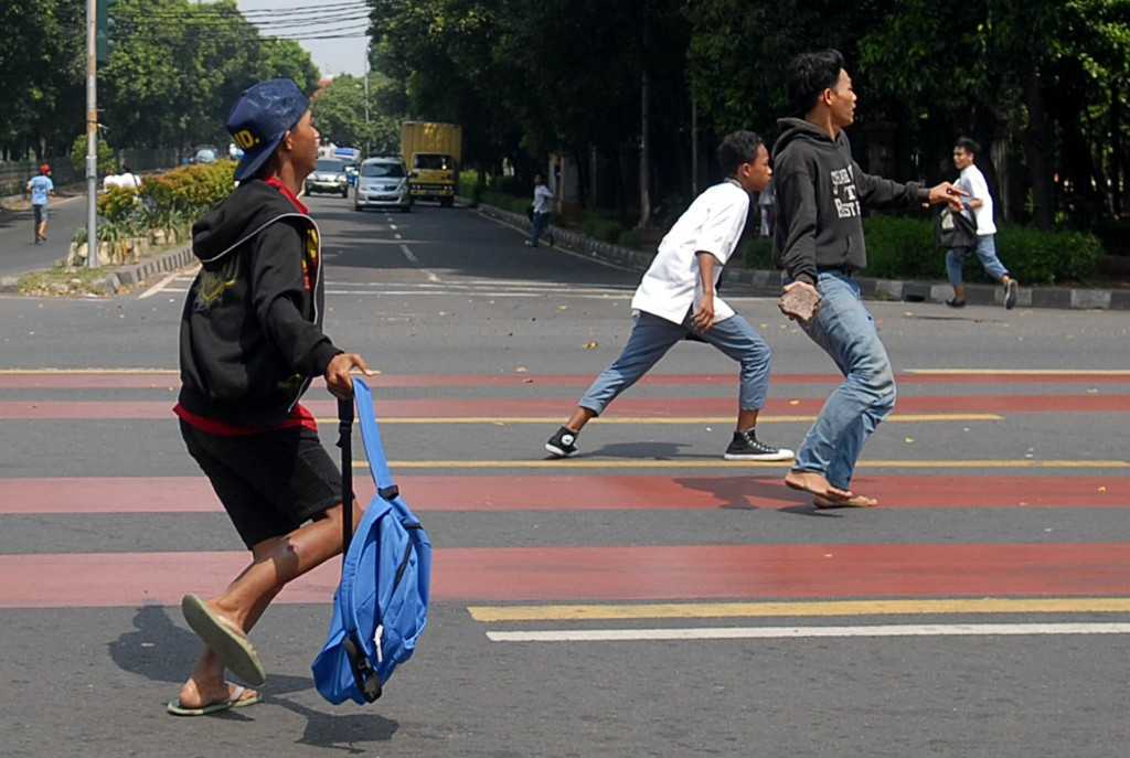 Sejumlah pelajar terlibat tawuran di kawasan Jatinegara, Jakarta Timur, Jumat (8/8)--MI/Panca Syurkani