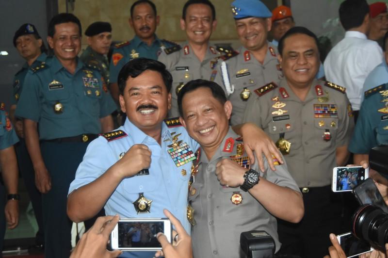 Panglima TNI Marsekal Hadi Tjahjanto (kiri) merangkul Kapolri Jenderal Tito Karnavian (kanan) seusai menerima kunjungannya ke Mabes TNI, Cilangkap, Jakarta Timur. Foto: Antara/Indrianto Eko Suwarso.