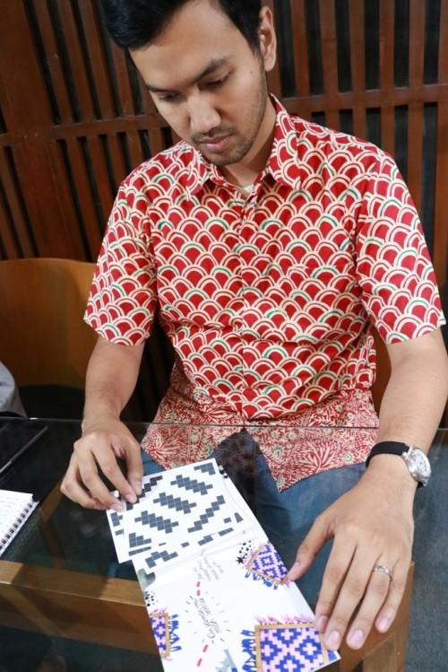 Anggota Program Main, Yuk! Arif Rahman Wahid, menunjukkan cara