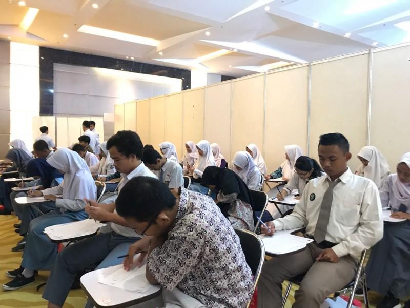 Ratusan peserta Online Scholarship Competition (OSC) with Avitex 2017 tengah serius mengikuti tes offline di Kuningan City, Jakarta Selatan. Foto: MTVN/Haifa Salsabila