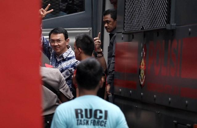Basuki Tjahaja Purnama (Ahok) mengacungkan tangan saat tiba di Rutan Cipinang, Jakarta. Foto: MI/Arya