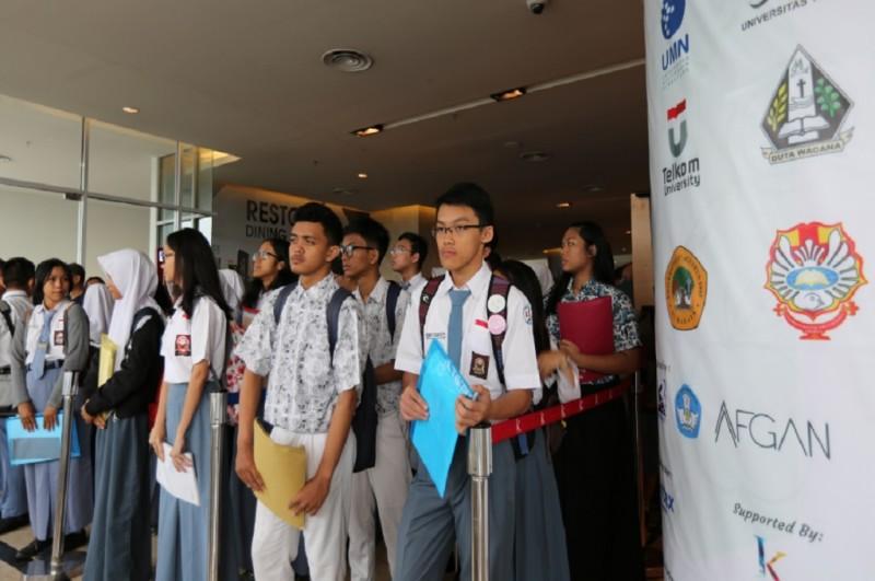 Ratusan siswa SMA mengantre untuk mengikuti seleksi lanjutan OSC 2017 with Avitex Cat Tembok di Jakarta, Senin, 18 Desember 2017, dok Metrotvnews.com