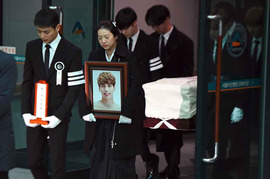 Isak Tangis Antar Jonghyun ke Peristirahatan Terakhir