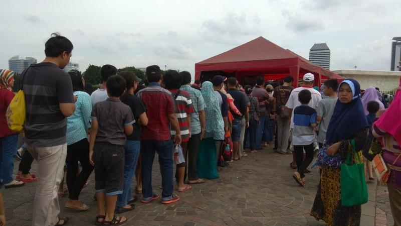 Pengunjung mengantre untuk naik ke pelataran puncak Monumen Nasional (Monas). Foto: Lukman Diah Sari/Medcom.id