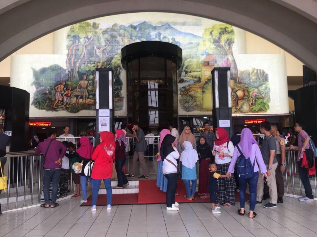 Suasana di salah satu wahana yang ada di Taman Mini Indonesia Indonesia (TMII). Foto: Damar Iradat/Medcom.id