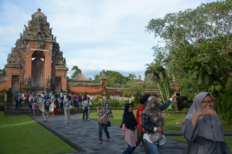 Wisatawan berkunjung ke Pura Taman Ayun, Kabupaten Bandung, menandakan aktivitas vulkanik Gunung Agung tak mengganggu wisata, Senin, 25 Desember 2017, Ant - Wira Suryantala