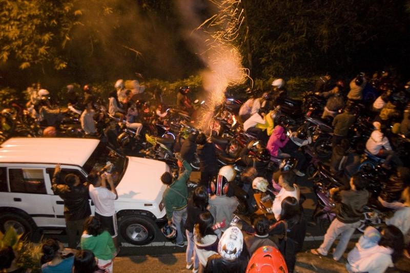 Ratusan kendaraan terjebak macet saat merayakan malam pergantian tahun di kawasan Riung Gunung, Puncak, Jawa Barat, Minggu (1/1) - MI/Immanuel Antonius.