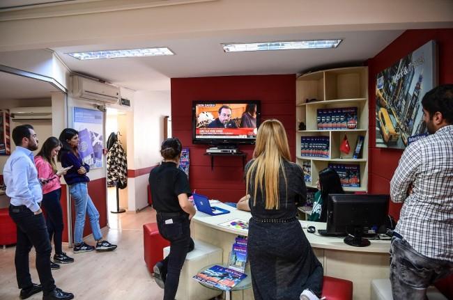 Mahasiswa dan karyawan institusi pendidikan menonton program televisi yang menayangkan Dubes AS untuk Turki John Bass di Istanbul, 11 Oktober 2017. (Foto: AFP/OZAN KOSE)
