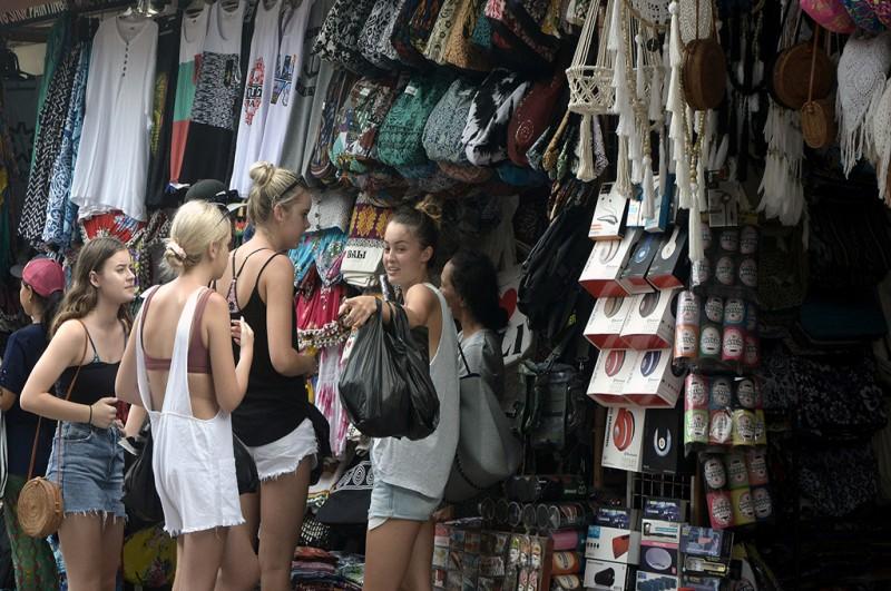 Wisatawan mancanegara berbelanja berbagai kerajinan di Pasar Seni Kuta, Bali -- ANT/Fikri Yusuf
