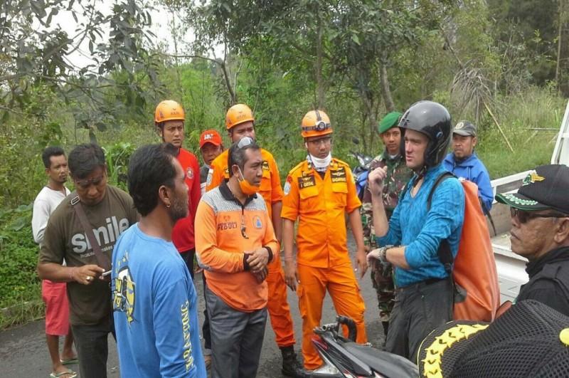 Petugas gabungan menginterogasi warga asing yang nekat mendaki Gunung Agung di Karangasem, Kamis, 28 Desember 2017, Medcom.id - Raiza Andini