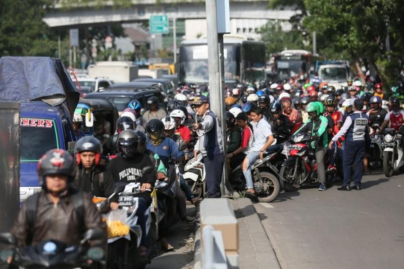 Petugas dari Dishub mengatur arus lalu lintas di persimpangan jalan menuju Jalan Jati Baru, Tanah Abang Jakarta. (MI/Ramdani)