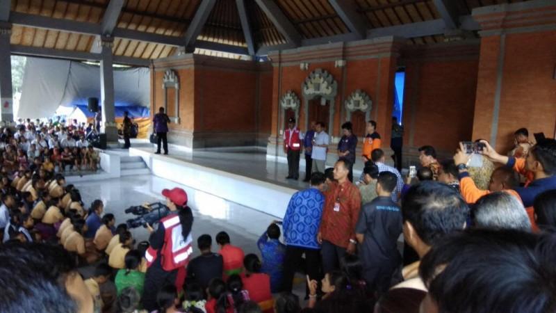 Wakil Presiden Jusuf Kalla mengunjungi pengungsi Gunung Agung di Pos Pengungsian Unit Pelayanan Teknis (UPT) Rendang, Desa Rendang, Karangasem, Sabtu 30 Desember 2017 . Medcom.id/Raiza