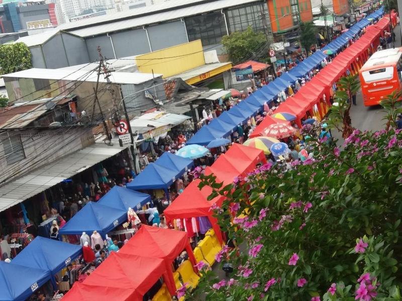 Jalan Jati Baru Raya, Tanah Abang, Jakarta ditutup untuk didirikan tenda pedagang kaki lima. Foto: Fiona Yosefina/Medcom.id