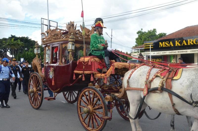 Kirab Kereta Kencana dan Bregada Kraton Yogyakarta di Bandara Adisutjipto Yogyakarta, Minggu, 31 Desember 2017. Foto: Humas Bandara Adisutjipto Jogja