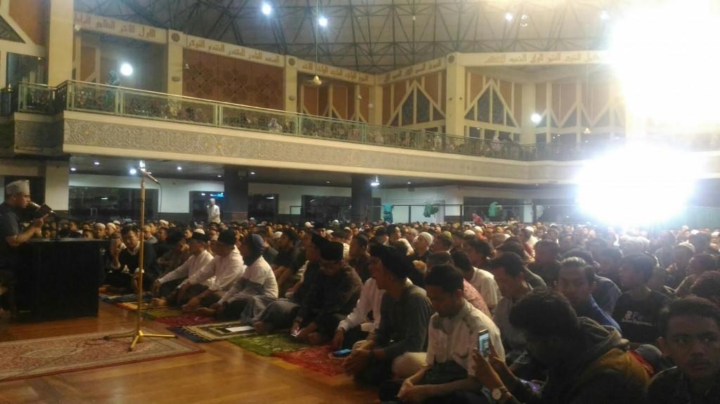 Suasana di Mesjid Al-Ukhuwah, Jalan Wastukancana, Minggu 31 Desember 2017 menyambut malam pergantian tahun baru 2018. Foto: Medcom.id/Roni Kurniawan