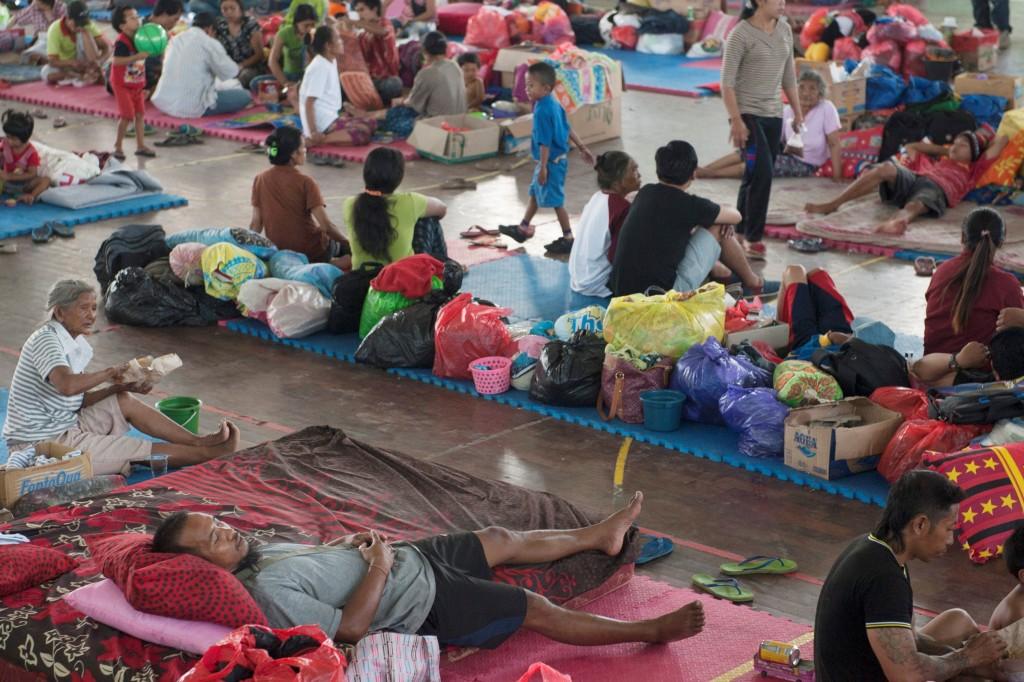 Sejumlah pengungsi Gunung Agung beraktivitas di tempat penampungan di GOR Suwecapura, Klungkung, Bali. Foto: Antara/Nyoman Budhiana