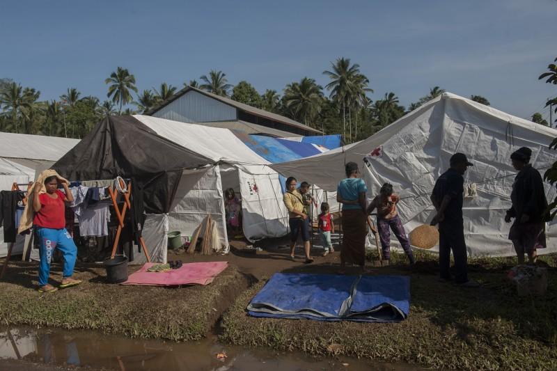 Para pengungsi beraktifitas di lokasi penampungan, Desa Rendang, Karangasem, Bali, Kamis (7/12). ANTARA FOTO/Nyoman Budhiana.