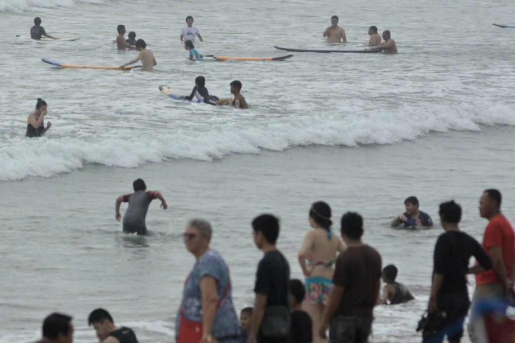 Pantai Kuta dipadati oleh ribuan wisatawan domestik maupun mancanegara jelang perayaan malam pergantian tahun baru 2018. ANTARA FOTO/Fikri Yusuf