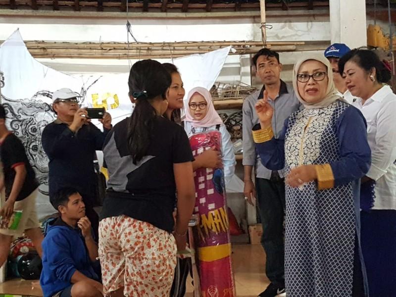 Ketua Dewan Kerajinan Nasional (Dekranas) Mufidah Kalla saat memberikan bantuan kepada pengungsi di Kecamatan Sidemen, Karangasem, Bali. Tim Media Wapres/Husain Abdullah.