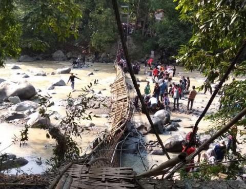 Jembatan di Lokasi Wisata Ambruk Diduga Kelebihan Muatan