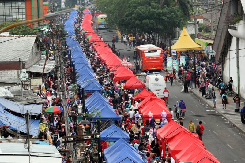 Penataan PKL Tanah Abang menutup satu ruas jalan di Jalan Jati Baru Raya, Jakarta Pusat, tepatnya di depan Stasiun Tanah Abang. (Foto: MI/Adam Dwi)
