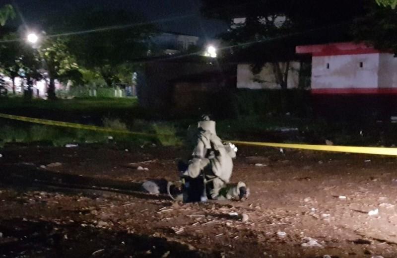 Polisi memeriksa lokasi usai ledakan di Kantor Polsek Bontoala Makassar, Senin dinihari 1 Januari 2018. (Dok. Polda Sulsel)