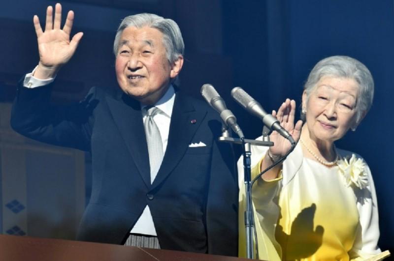 Kaisar Akihito bersama istrinya, Michiko, menyapa warga dalam pidato Tahun Baru di Tokyo, Jepang, 2 Januari 2018. (Foto: AFP/Kazuhiro Nogi)
