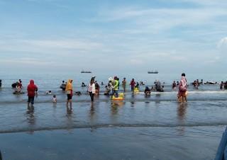 Pantai Ngebum, Wisata Keluarga yang Murah Meriah