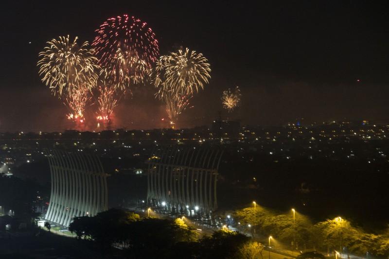 Pesta kembang api saat malam pergantian tahun baru 2018 di kawasan Ancol, Jakarta. Foto: Antara/Rosa Panggabean.