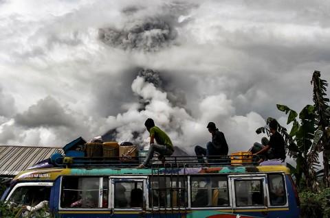 Sinabung Kembali Semburkan Abu Vulkanik Setinggi 2.000 Meter