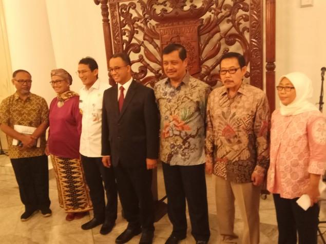 Gubernur DKI Jakarta Anies Baswedan berfoto dengan TGUPP Komite Bidang Pencegahan Korupsi. Foto: Medcom.id/Whisnu Mardiansyah.