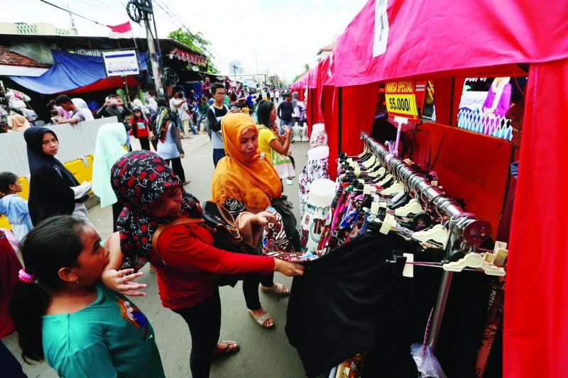 Suasana kegiatan jual beli di Tanah Abang/Foto: MI/RAMDANI