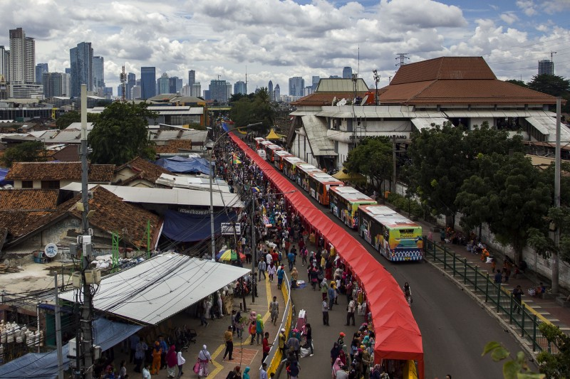 Sejumlah tenda PKL berdiri di Jalan Jatibaru Raya, Tanah Abang, Jakarta. Foto: Antara/Galih Pradipta.