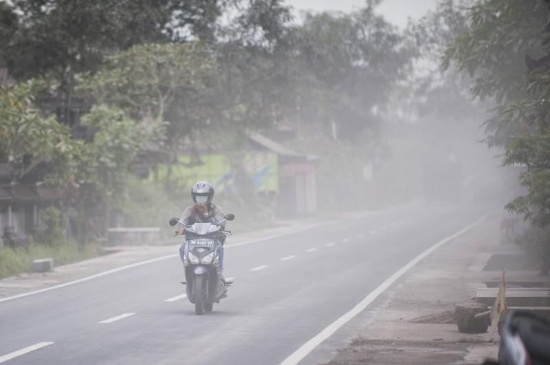 Abu vulkanik Gunung Agung mengepul di Desa Rendang, Karangasem, Bali, 2 Januari 2018, Ant - Nyoman Budhiana
